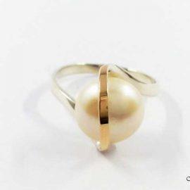 Žiedas su aukso detalėmis ir Perlu SA027