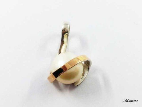 Pakabukas su aukso detalėmis ir Perlu SA026